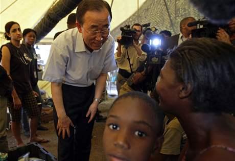 Generální tajemník OSN Pan Ki-mun ve stanovém táboře na golfovém hřišti Petionville na Haiti.
