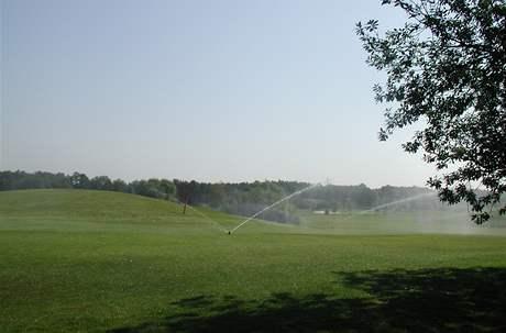 Zavlažování golfového hřiště.