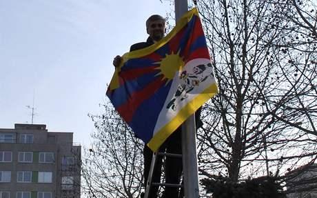 Vlajku Tibetu před ministerstvem životního prostředí vyvěsil ministr Jan Dusík.