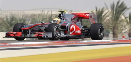 A TEĎ PŘEDJEDU SCHUMACHERA. Lewis Hamilton byl v prvním tréninku pomalejším z jezdců McLarenu.