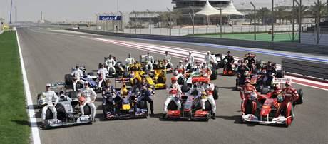 SESTAVA 2010. Jezdci a týmy sezony 2010 formule 1 při představení v Bahrajnu.