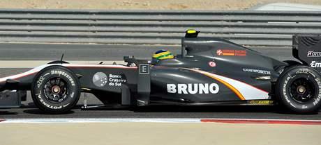 SENNA JE ZPĚT. Bruno Senna s vozem týmu HRT v tréninku Velké ceny Bahrajnu.