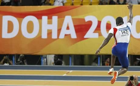 ZA REKORDEM. Francouzský trojskokan Teddy Tamgho letí na metu 17,90 metrů, tedy pro nový světový rekord