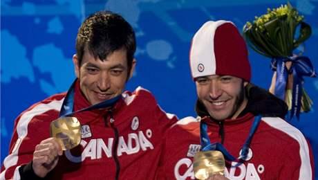 Zrakově postižený Brian McKeever (vpravo) a jeho bratr-vodič Robin McKeever se zlatými medailemi z vancouverské paralympiády