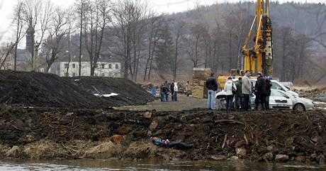 Kriminalisté ohledávají tělo muže nalezené v řece Ohři.