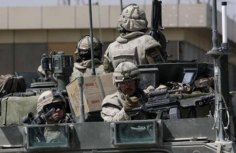 Kanadští vojáci hlídají Kandahár, kterým otřásla série výbuchů. (13. března 2010)
