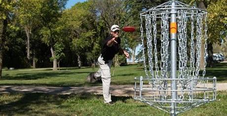 Británie hraje golf.