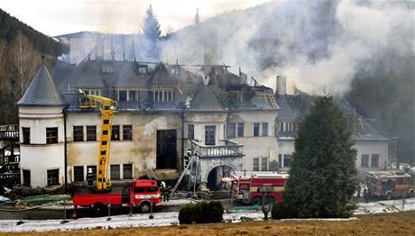 Oheň zničil střechu slovenského  zámku Kunerad. (10. března 2010)