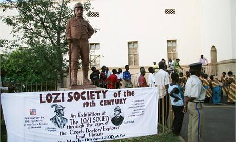 Plakát pod sochou cestovatele Livingstona zve na nově otevřenou výstavu sbírek Emila Holuba v Zambii (březen 2010)