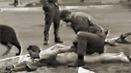 Policisté vysvlékli zatčené vězně donaha. Jen tak měli jistotu, že u sebe neschovávají žádné zbraně. (březen 1990)