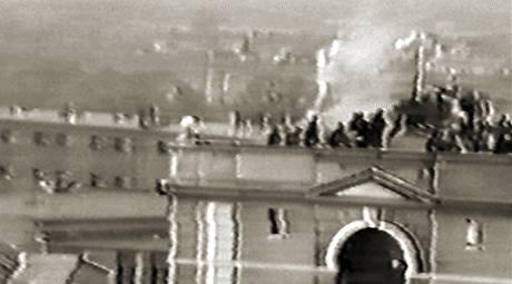 Nejagresivnější skupina vězňů se zabarikádovala na střeše jedné z vězeňských budov.
