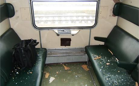 Ulomená zdrž u rychlíku prolétla několika vagóny.