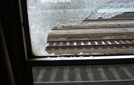 Ulomená zdrž u rychlíku prolétla několika kupé.
