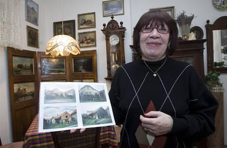 Julie Suchánková ukazuje dům, kvůli kterému dostala od radnice Prahy 10 výpověď z bytu (10. března 2010)