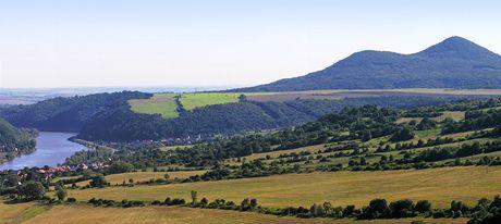 Údolí Porta Bohemica, v pozadí Lovoš