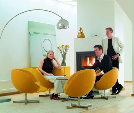 Pop-artové křeslo Planet vyrobila firma Stokke v r. 1965. Po 40 letech přibyl houpací mechanismus pro pohodlnější sezení.