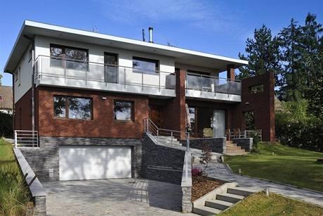 Obdélníkový dům charakterizuje čitelná horizontální kompozice