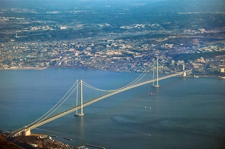Most Akashi, v současnosti nejdelší visutý most na světě - délka 3 911 m