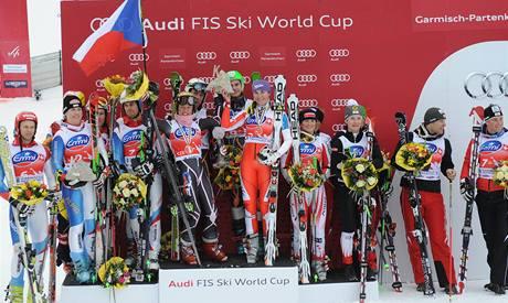 Vítězní čeští lyžaři na nejvyšším stupínku po soutěži týmů v Ga-Pa