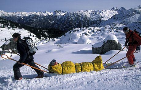 Záchranáři transportují zraněného lyžaře - ilustrační foto
