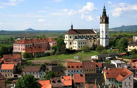 Litoměřice. Pohled z domu U kalicha na katedrálu svatého Štěpána, vlevo na obzoru Hazmburk.
