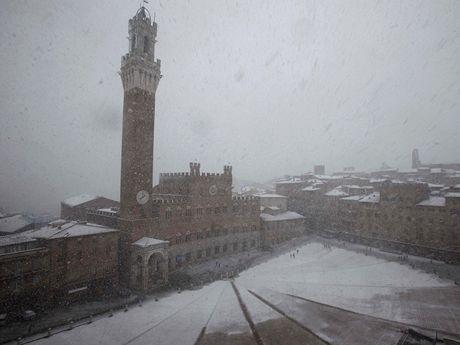 Sníh zasypal i historické italské město Siena.