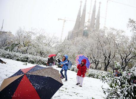 Španělští školáci se radují z nebývalé sněhové nadílky.