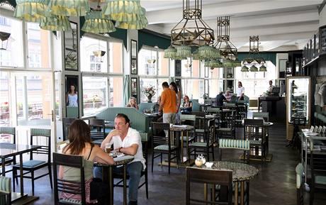 Kubistická kavárna Grand Café Orient je v prvním patře domu U Černé Matky Boží