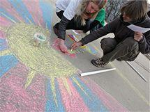 Členové Strany Zelených sbírali na Moravském náměstí v Brně podpisy na petici za Tibet a kreslili tibetskou vlajku na chodník. (10. 3. 2010).