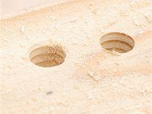 Rozdíl v kvalitě díry: vlevo vrták na kov, vpravo na dřevo
