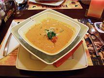 Polévku gazpacho přinesl číšník na dvou talířích - v horním byla polévka, ve spodním rozdrcený led