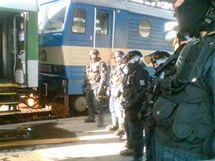 Policejní kordon na hlavním nádraží v Brně před utkáním místního 1. FC s Baníkem Ostrava