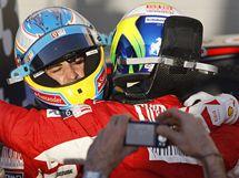 Fernando Alonso (vlevo) a Felipe Massa se objímají po Velké ceně Bahrajnu