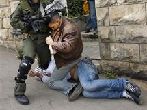 Izraelští policisté zatýkají palestinské demonstranty při střetu ve východním Jeruzalémě. (16. března 2010)