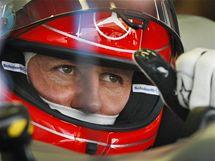 VETERÁN. Michael Schumacher v prvním tréninku Velké ceny Bahrajnu F1.