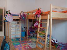 Většinu místa v dětském pokoji zabíraly postele ze starého bytu