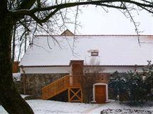 Architekt zvolil klasickou sedlovou střechu, která odpovídá okolí