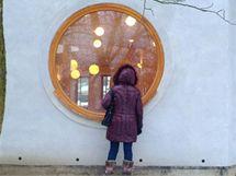 Kruhová okna tvarem odpovídají osvětlení