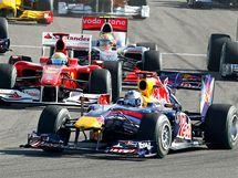 Sebastian Vettel (Red Bull) v čele Velké ceny Bahrajnu.