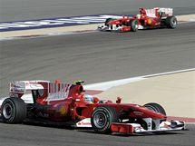 Vozy Ferrari v čele GP Bahrajnu. První Fernando Alosno, za ní, Felipe Massa.