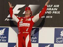 Fernando Alonso ze stáje Ferrari se raduje z vítězství v prvním závodě sezony v Bahrajnu.