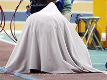 Ruská tyčkařka Jelena Isinbajevová se pokouší soustředit pod dekou