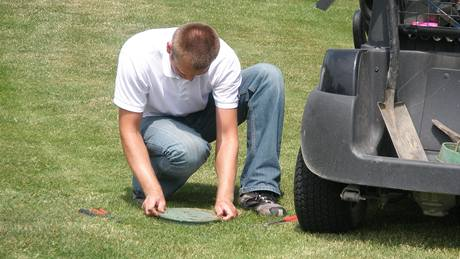 Údržba zavlažovacího systému na golfovém hřišti.