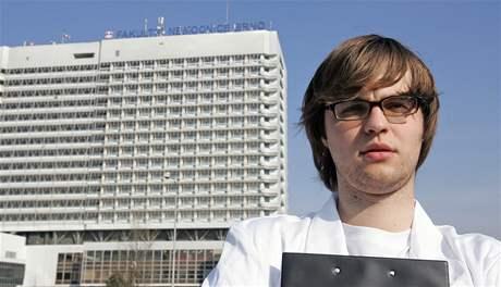 Redaktor MF DNES se vydával za medika a ve dvou brněnských nemocnicích