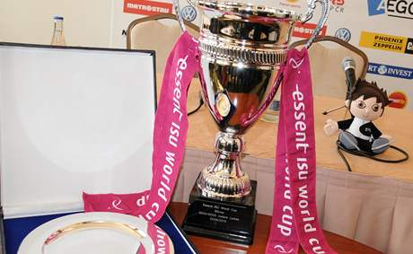 Pohár pro vítězku SP na dlouhých tratích 2009-10 a talíř za třetí místo na krátkých tratích