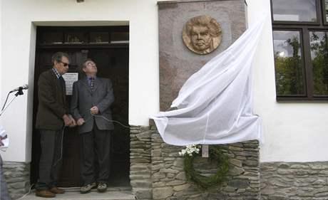Odhalení pamětní desky Jiřímu Pelikánovi v Kořenci před místním muzeem - Vilém Prečan  ve dveřích vpravo;  6. července 2004
