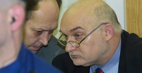 Stanislav Devátý a Milan Hulík. Hlavní líčení s bývalým důstojníkem Bezpečnostní informační služby (BIS) Vladimírem Hučínem před přerovským okresním soudem; 13. února 2002