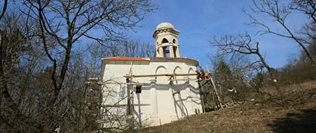 Svatý kopeček nad Mikulovem je přírodní rezervace, kam technika nemůže, takže zedníci museli lešení na opravu kaple Božího hrobu vyrobit z kmenů stromů posekaných v okolí stavby