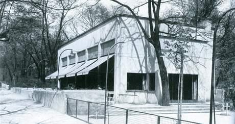 P�vodn� podoba Zemanovy kav�rny, kterou navrhl Bohuslav Fuchs. St�la v parku na m�st� dne�n�ho Jan��kova divadla v Brn�.