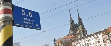 Hlavní nádraží v Brně se siluetou katedrály na Petrově
